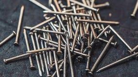 Uma pilha de pregos do metal imagem de stock