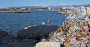 Uma pilha de redes de pesca Pescadores no fundo unfocused filme