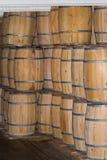 Uma pilha de tambores de madeira velhos Foto de Stock