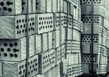 Uma pilha de tijolos da argila com furos imagem de stock