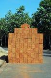 Uma pilha de tijolos da argila vermelha Imagens de Stock