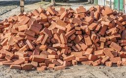 Uma pilha de tijolos da construção imagens de stock royalty free