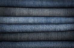 Uma pilha de tipos diferentes de clos azuis das calças de brim da sarja de Nimes Foto de Stock Royalty Free