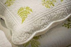 Uma pilha de toalhas brilhantes com ornamento originais textile Acessórios do banho imagem de stock