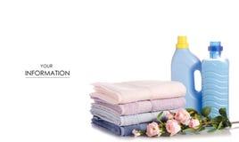 Uma pilha de toalhas floresce o teste padrão líquido do detergente para a roupa do condicionador do emoliente foto de stock