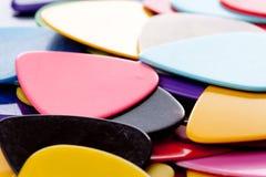 Uma pilha de várias picaretas da guitarra da cor Fotos de Stock Royalty Free