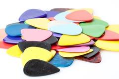 Uma pilha de várias picaretas da guitarra da cor Imagens de Stock