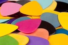 Uma pilha de várias picaretas da guitarra da cor Foto de Stock