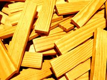 Uma pilha de varas de madeira que um re usado como um reboque para construir construções e outras construções fotografia de stock