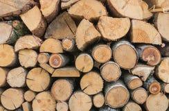 Uma pilha do coto de madeira cortado fotografia de stock