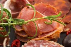 Uma pilha do embutido, do jamon, do chouriço e do em espanhóis diferentes do lomo Fotografia de Stock
