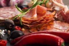 Uma pilha do embutido, do jamon, do chouriço e do em espanhóis diferentes do lomo Fotos de Stock Royalty Free
