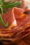 Uma pilha do embutido, do jamon, do chouriço e do em espanhóis diferentes do lomo Imagem de Stock Royalty Free
