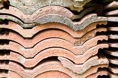 Uma pilha do fundo velho da textura da telha de telhado Imagem de Stock