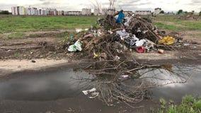 Uma pilha do lixo no fundo das casas video estoque