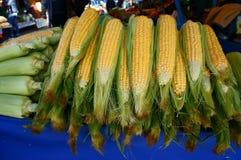 Uma pilha do milho doce amarelo imagens de stock