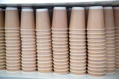 Uma pilha dos copos de papel para o café do chá bebe claro - marrom foto de stock royalty free