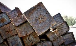 Uma pilha dos dorminhocos de madeira fecha-se acima Fotografia de Stock