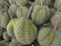 Uma pilha dos Durians Imagens de Stock Royalty Free