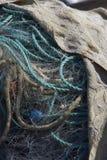 Uma pilha dos fishingnets e das cordas cobertos Fotos de Stock Royalty Free