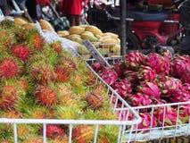 Uma pilha dos frutos no mercado de frutos do ar livre Foto de Stock