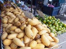 Uma pilha dos frutos no mercado de frutos do ar livre Fotografia de Stock