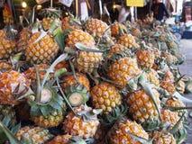 Uma pilha dos frutos no mercado de frutos do ar livre Imagens de Stock