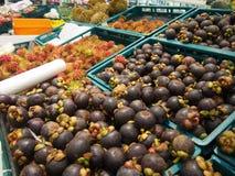 Uma pilha dos frutos no mercado de frutos do ar livre Imagens de Stock Royalty Free