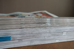 Uma pilha dos jornais Imagens de Stock Royalty Free