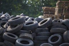 Uma pilha dos pneus de borracha de carro de utilização em segundo do carro fotos de stock