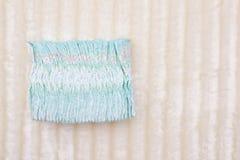 Uma pilha dos tecidos hypoallergenic das crianças em um fundo branco, proteção contra o escapamento, seca, espaço da cópia foto de stock