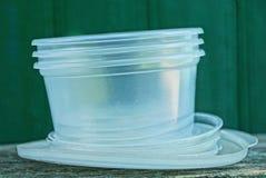 Uma pilha dos utensílios plásticos brancos que estão em uma tabela cinzenta fotografia de stock