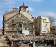 Uma pilha enorme dos tijolos pedras e restos de construção concretos Imagem de Stock Royalty Free