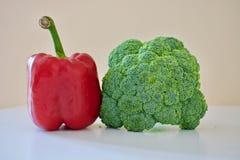 Uma pimenta de sino vermelha e brócolis verdes Foto de Stock