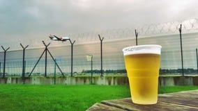 Uma pinta da cerveja e de um avião Imagem de Stock Royalty Free