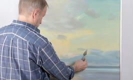 Uma pintura do artista com uma faca de paleta Fotos de Stock Royalty Free