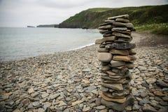Uma pirâmide das pedras na costa do mar de japão fotografia de stock