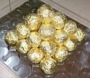 Uma pirâmide de envoltórios dourados da folha Fotos de Stock Royalty Free