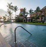 Uma piscina em um recurso luxuoso com as palmeiras em Cancun, México imagens de stock