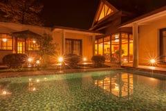 Uma piscina na noite foto de stock
