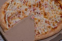 Uma pizza bonita deliciosa está na caixa Imagens de Stock Royalty Free