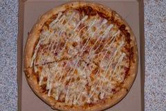 Uma pizza bonita deliciosa está na caixa Fotos de Stock Royalty Free
