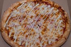 Uma pizza bonita deliciosa está na caixa Imagens de Stock