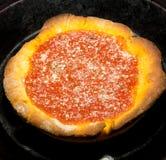 Uma pizza profunda cozinhada do disco Fotografia de Stock