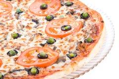 Uma pizza saboroso na placa Imagem de Stock Royalty Free