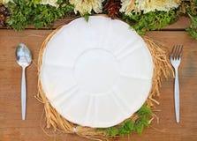 Uma placa branca em uma tabela de madeira Fotografia de Stock Royalty Free