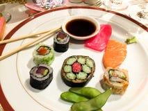 Uma placa com alimento japonês Fotos de Stock Royalty Free