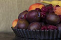 Uma placa com frutos frescos e bagas Foto de Stock Royalty Free