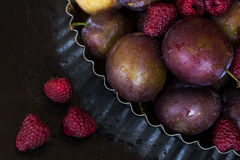 Uma placa com frutos frescos e bagas Fotos de Stock