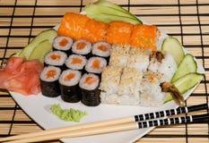 Uma placa com sushi Fotos de Stock Royalty Free